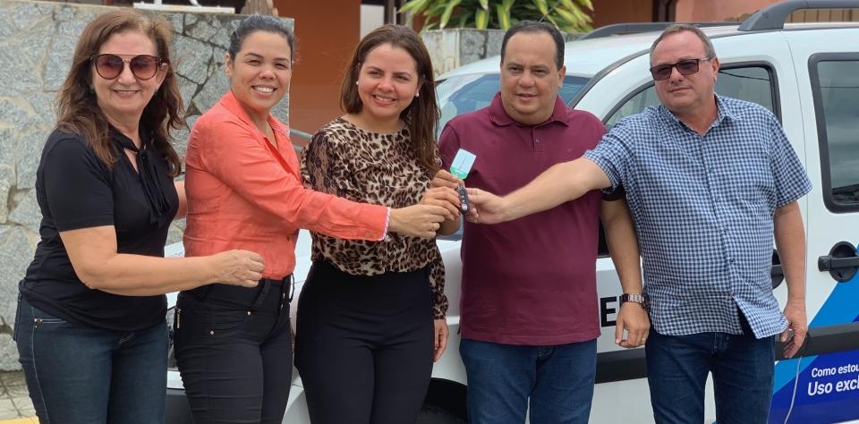 Prefeitura entrega veículo que beneficiará atendimento de CREAS e CRAS