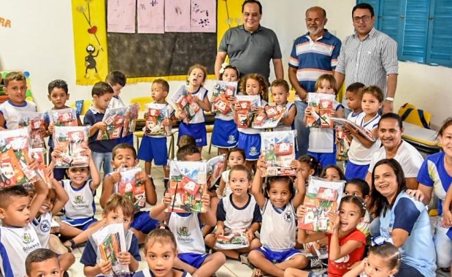 Alunos-da-educação-infantil-recebendo-os-kits